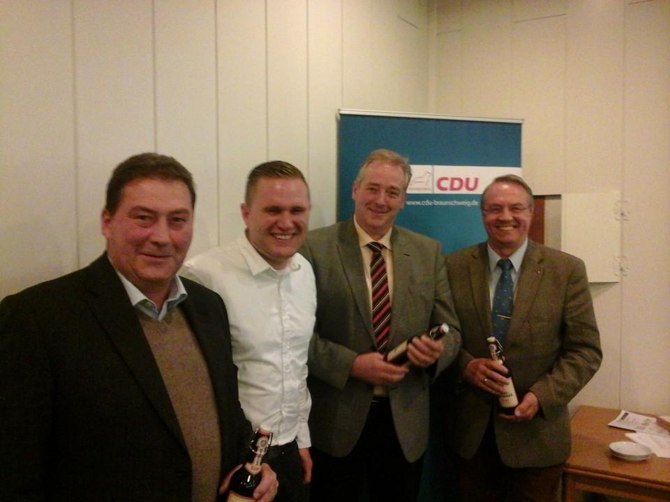 Der Landesvorsitzende Christoph Ponto (2. v. li.) mit den Ehrengästen Uwe Lagosky MdB (1. v. li.), Frank Oesterhelweg MdL (2. v. re.) und Reinhard Manlik (1. v. re.)